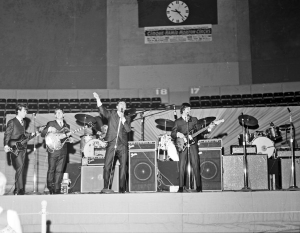 JB and the Playboys, en première partie des Beach Boys à l'aréna Maurice-Richard. 19 février 1965. De gauche à droite : Louis Atkins (basse), Bill Hill (guitare), Doug West (batterie), Allan Nicholls (chant) et Andy Kaye (guitare). VM94-S32-017. Archives de la Ville de Montréal.