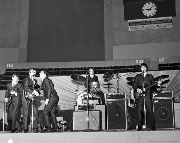 JB and the Playboys, en première partie des Beach Boys à l'aréna Maurice-Richard. 19 février 1965. De gauche à droite : Louis Atkins (basse), Bill Hill (guitare), Allan Nicholls (chant), Doug West (batterie) et Andy Kaye (guitare). VM94-S32-021. Archives de la Ville de Montréal.