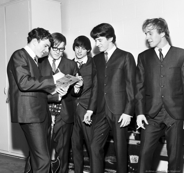 JB and the Playboys, dans les loges de l'aréna Maurice-Richard. 19 février 1965. De gauche à droite : Allan Nicholls (chant), Bill Hill (guitare), Andy Kaye (guitare), Louis Atkins (basse) et Doug West (batterie). VM94-S32-019. Archives de la Ville de Montréal.